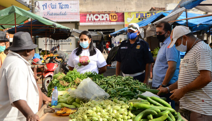 Feira livre recebe ação educativa para reforçar prevenção ao coronavírus em Limoeiro